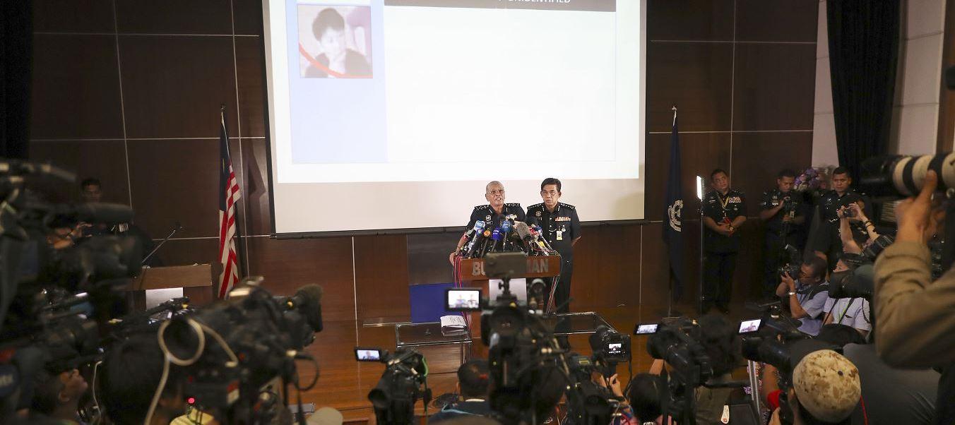 El Inspector General Adjunto de la Policía, Noor Rashid Ibrahim, muestra una foto de uno de los sospechosos durante una conferencia de prensa en la sede de la Policía en Kuala Lumpur, Malasia. (AP)