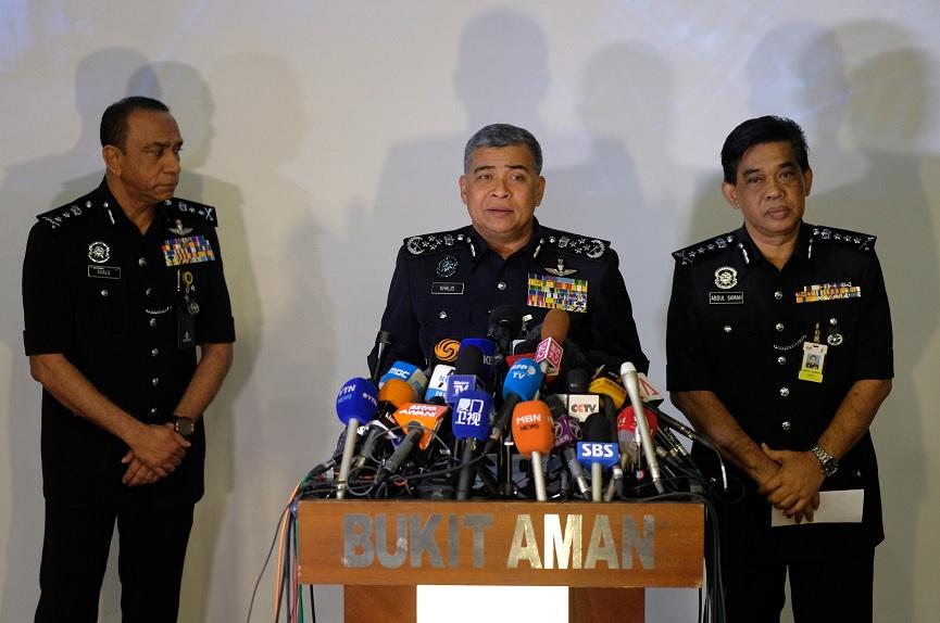 Khalid Abu Bakar, jefe de la policía de Malasia, al centro, habla durante una rueda de prensa sobre el aparente asesinato de Kim Jong Nam, el hermanastro del líder norcoreano (Reuters)