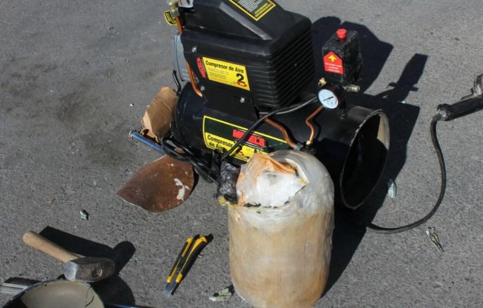La PF aseguró en una empresa de mensajería y paquetería ubicada en el anexo del Aeropuerto Internacional de SLP, cinco kilos de droga sintética conocida como crystal; procedía de Culiacán, Sinaloa, y tenía como destino la capital de Chihuahua.