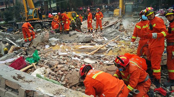 Cuerpos de rescate trabajan para encontrar sobrevivientes tras el derrumbe de un edificio en China.