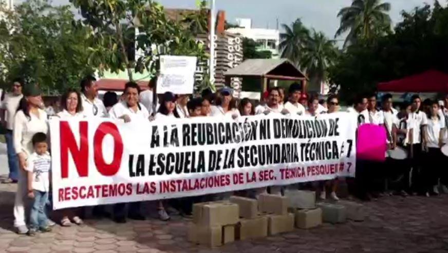 Manifestación en defensa de la escuela pesquera de Puerto Morelos, Quintana Roo (Noticieros Televisa)