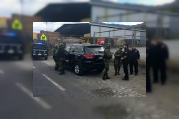 Policías municipales de Santiago, Nuevo León, detienen a dos presuntos secuestradores; las autoridades rescatan a la víctima y recuperan un camión (Noticieros Televisa)