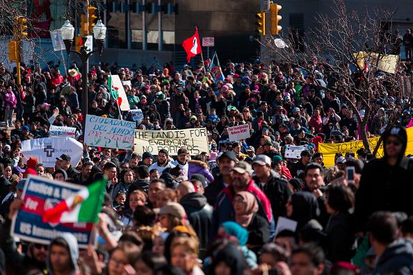 Durante la marcha los participantes desplegaron pancartas y banderas de Estados Unidos y México. (Getty images)