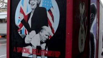 En un cuadro con sátira, de tamaño póster, se puede observar a la primera ministra británica Theresa May azotando al presidente estadounidense Donald Trump. (London Evening Standard)