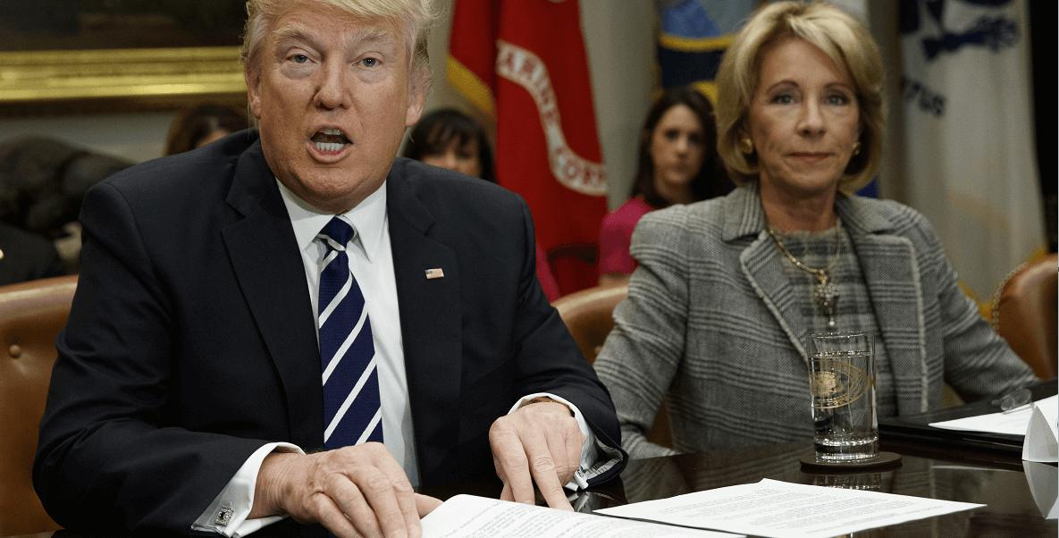 Donald Trump y Betsy DeVos, secretaria de Educación de Estados Unidos. (AP)