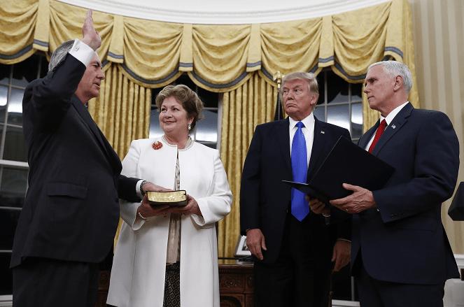 Durante una ceremonia en la Casa Blanca, Rex Tillerson jura como nuevo secretario de Estado de Estados Unidos.
