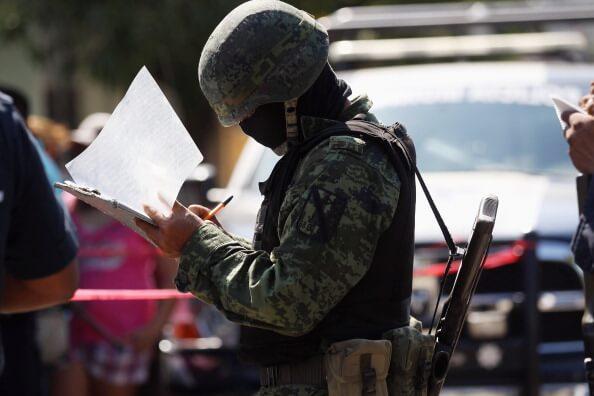 El personal militar resguarda las escuelas y realizan patrullajes alrededores de los planteles educativos.