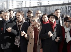 El actor y productor Diego Luna se unió a otras personas para protestar contra el muro de Trump. (AP)
