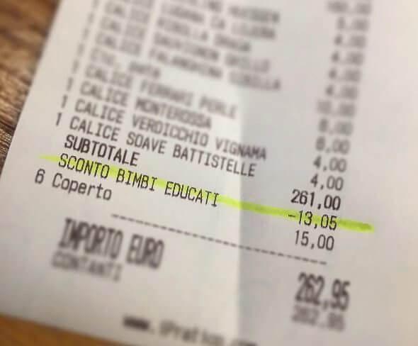 El dueño del restaurante publicó el ticket con el descuento que le otorgó a las familias por sus niños educados. (@antonioferrari_a_padova)