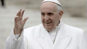 El papa Francisco saluda a los fieles en el Vaticano luego de su tradicional audiencia de los miércoles. (AP, archivo)