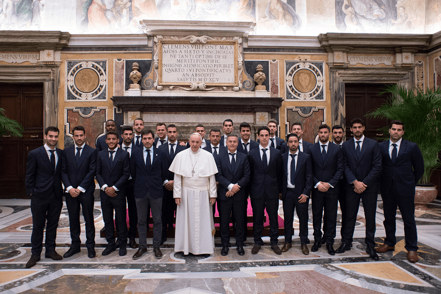 El papa recibió a los jugadores del equipo de futbol español Villarreal. (Reuters)