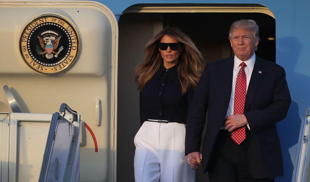 El presidente de Estados Unidos, Donald Trump, y su esposa, Melania, descienden del Air Force One.