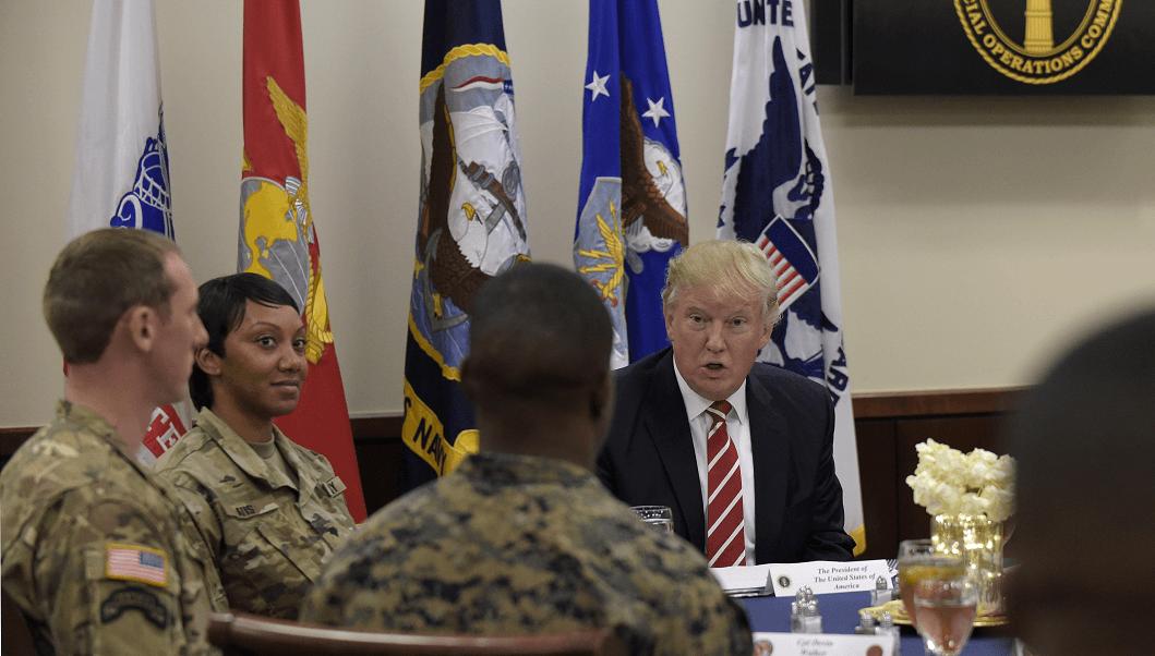 El presidente Donald Trump desayuna con militares en la Base Aérea MacDill, en Florida, Estados Unidos.