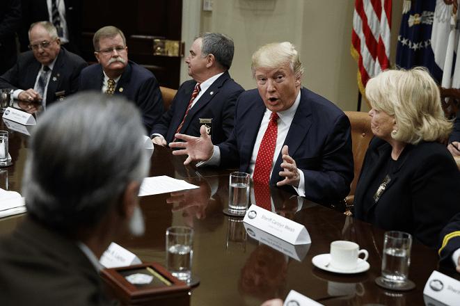 El presidente Donald Trump habla durante una reunión con los sheriffs del condado en el cuarto Roosevelt de la Casa Blanca, en Washington.