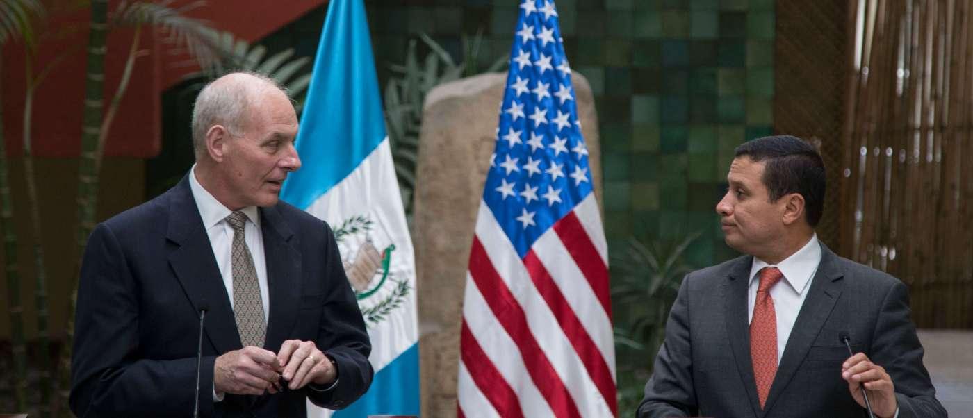 El secretario de Seguridad Nacional de Estados Unidos, John F. Kelly, y el presidente de Guatemala, Jimmy Morales, en conferencia de prensa.