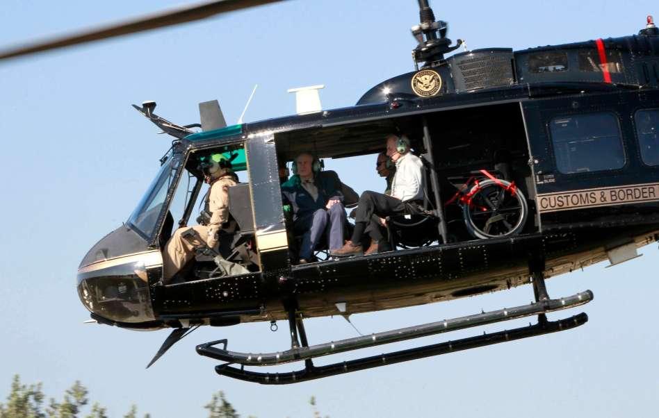 El secretario de Seguridad Nacional, John Kelly, y el gobernador de Texas, Greg Abbott, sobrevuelan la frontera entre México y Estados Unidos.