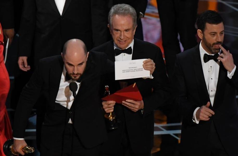 Por error, entregan la estatuilla por Mejor Películaa 'La La Land'; corrigen y lo recibe 'Mooonlight'. (Getty Images)