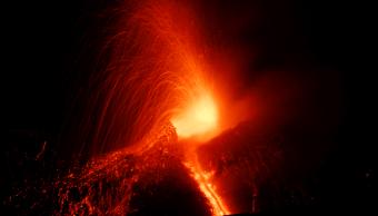El volcán Etna entra en erupción en Sicilia y se apreciaron explosiones de fuego y una colada de lava que se dirigió hacia el sudoeste. (Reuters)