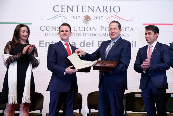 El gobernador Eruviel Ávila recibió el Facsímil de la Constitución de 1917, de manos del jefe de la Oficina de la Presidencia de la República.