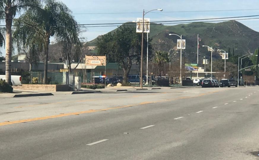 Este miércoles la Policía de Simi Valley recibió un reporte de una persona que afirmaba haber visto a un hombre con un arma larga cerca de la preparatoria Royal.