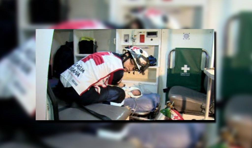 Paramédico de la Cruz Roja auxilia a un recién nacido; el bebé presenta un paro cardiaco tras el alumbramiento (Noticieros Televisa)