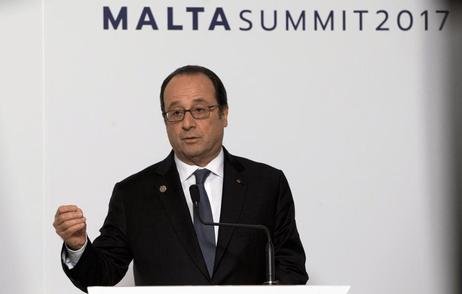Francois Hollande, presidente de Francia, durante la cumbre europea en Malta; condena ataque contra soldados y policías en El Louvre. (AP)