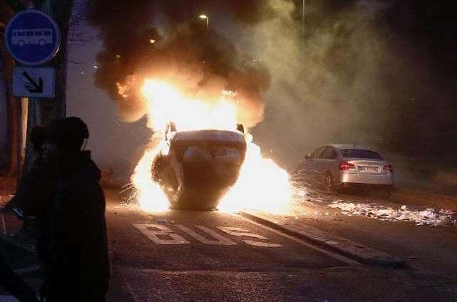 Un adolescente de 16 años rescató a una niña de seis que había quedado atrapada en un vehículo al que manifestantes prendieron fuego. (http://www.blick.ch)