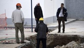 Un grupo de expertos verifican el lugar donde una bomba sin explotar de la Segunda Guerra Mundial fue hallada a 5 metros de profundidad en una gasolinera de la ciudad griega de Tesalónica (AP)