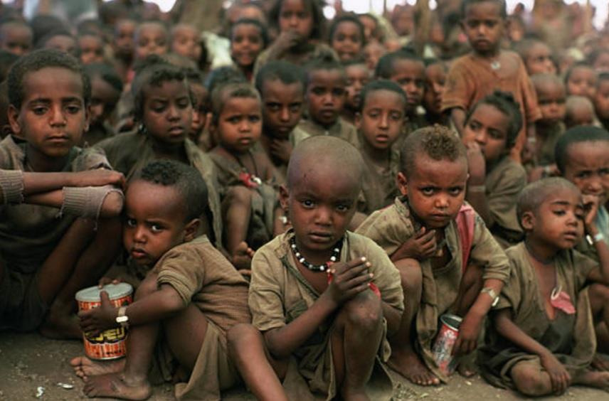Un grupo de niños etíopes en un campamento de refugiados para ayudarlos a mitigar el hambre (Getty Images/Archivo)