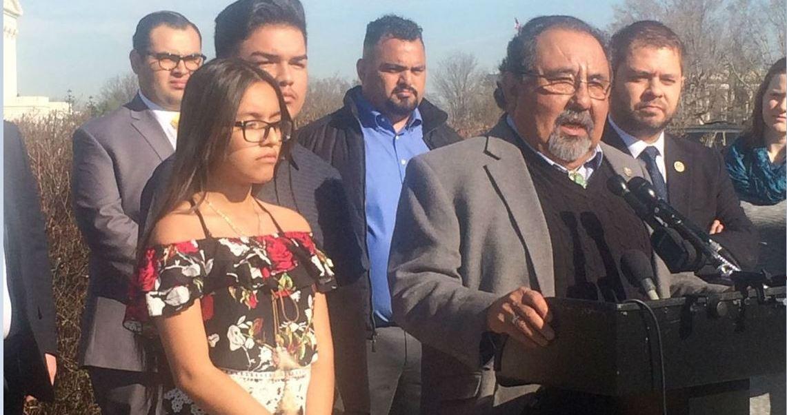 Los hijos de Guadalupe García de Rayos, mexicana deportada desde Estados Unidos, acuden al Capitolio y son acompañados por el legislador de Arizona, Raúl Grijalva. (Twitter @standwithraul)