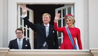 El rey Guillermo Alejandro de Holanda y la reina Máxima cenarán con 150 personas el 28 de abril en el palacio de la plaza Dam de Amsterdam (Getty Images/archivo)