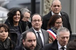 El presidente francés, François Hollande, y la secretaria de Trabajo Myriam El Khomri, (segunda a la izquierda), visitan Aubervilliers, al norte de París, para discutir el proceso de integración de jóvenes en el mercado de trabajo (AP)