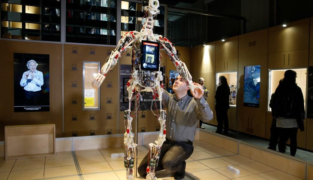 Hombre repara a robot durante exhibición en Reino Unido (AP, archivo)
