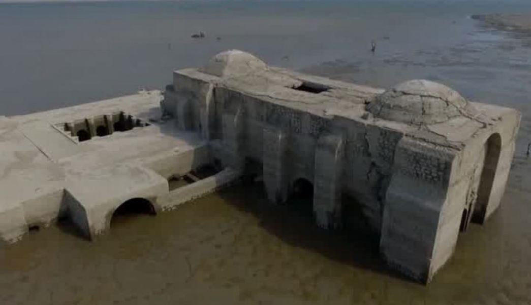 El año pasado, el templo emergió a la mitad del cuerpo de la nave y esto trajo consigo que cientos de personas llegaran a visitarla en lancha (Twiiter/@TwiteroOax)