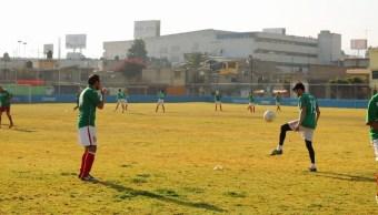 Hace siete años surgió la idea de reunir a un grupo de médicos con un marcado gusto por el futbol, desde entonces han acudido a dos citas mundialistas. (Noticieros Televisa)