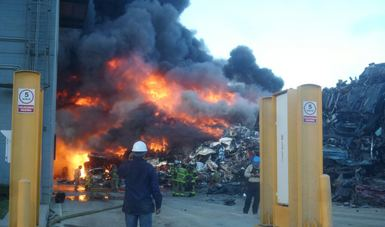 Atienden incendio de empresa dedicada a la compra-venta de metales en Tijuana, Baja California. (Profepa)