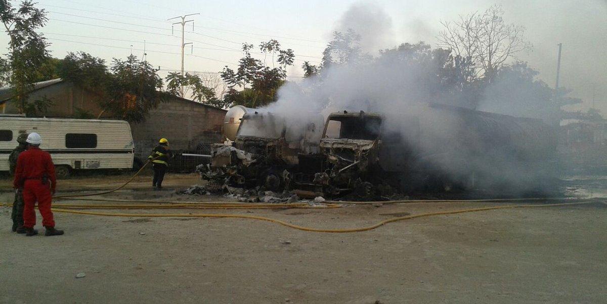 Protección Civil desalojó a las familias ubicadas alrededor del predio donde inició el fuego. (Twitter: @ProcivilTabasco)