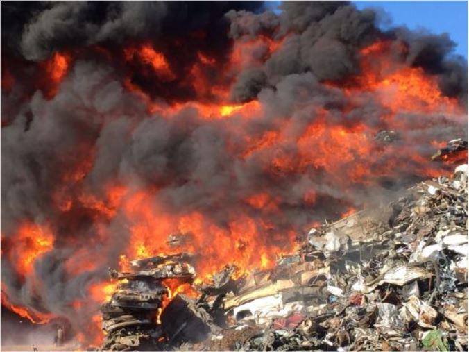 Por los materiales de fácil combustión que se encontraban en la fábrica, el fuego se mantuvo activo durante varias horas. (Twitter@jantonioaviles)