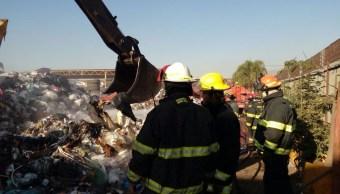 Bomberos controlan incendio en recicladora en Tlaquepaque, Jalisco.