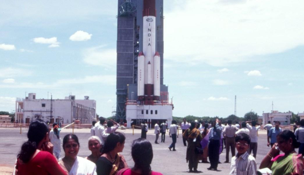 Mujeres hindús se encuentran fuera del Centro Espacial PSLV para ver un lanzamiento de cohetes. India trata de posicionarse como un actor clave en el mercado espacial comercial internacional. (Getty Images/archivo)