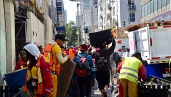 Llevan a albergues a más de 20 indigentes que ocupaban una zona de la calle Artículo 123; detienen a uno por proveer solventes a sus compañeros