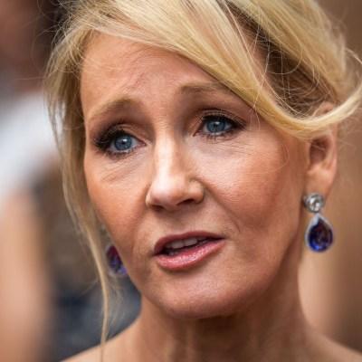 J.K. Rowling es acusada de transfobia por serie de tuits