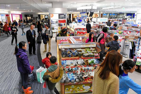 Japoneses realizan compras en una tienda del bajo costo en el Aeropuerto Internacional de Kansai, Japón (Getty Images)