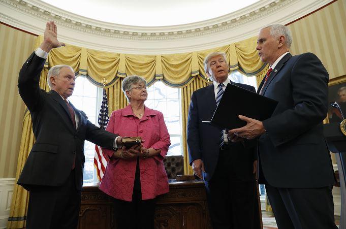 Mike Pence, vicepresidente de Estados Unidos fue el encargado de tomar la protesta a Jeff Sessions