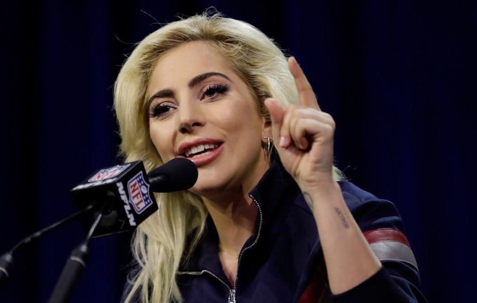 La cantante Lady Gaga responde preguntas durante una conferencia por el Super Bowl LI.