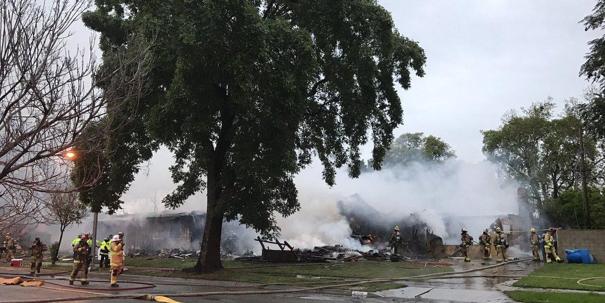 La policía de Riverside, California, informó que la aeronave chocó contra varias casas.