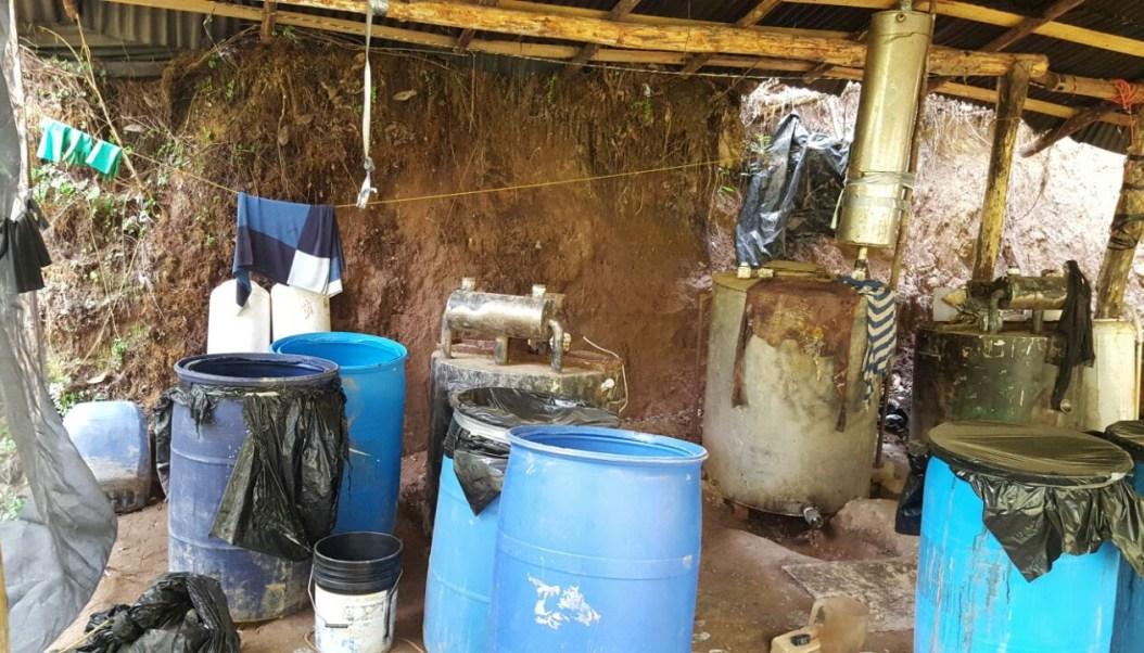 El rústico laboratorio clandestino se ubica en el poblado de San Antonio Villalongín .
