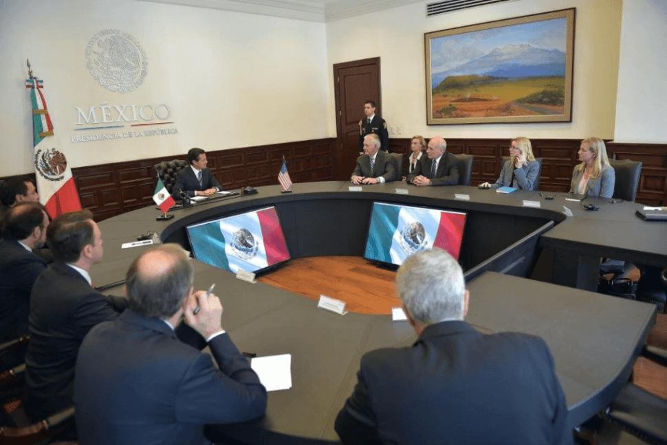 Enrique Peña Nieto con Rex Tillerson y John Kelly. (Twitter @ESanchezHdz )