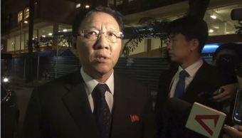El embajador de Corea en Malasia, Kang Chol, habla con los medios de comunicación reunidos fuera de la morgue en Kuala Lumpur, Malasia. (AP)