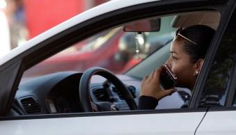 La reforma no explica cómo se podrá comprobar que un conductor provocó un accidente por venir manipulando su celular. (Notimex)